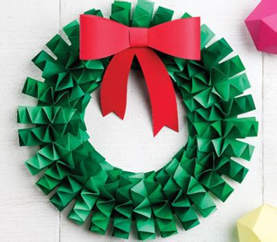 How To Make A Paper Wreath - how to make an accordion folded paper wreath green paper