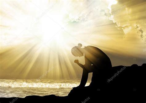 imagenes mujer orando mujer rezando a dios al atardecer foto de stock