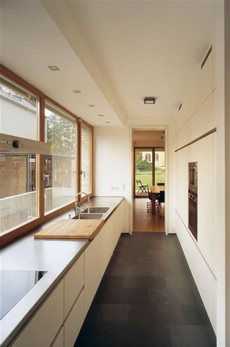 lange schmale kücheninsel einfamilienhaus berlin haas architekten berlin modern