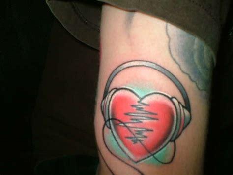 heartbeat headphones tattoo heart headphone tattoo tattoos pinterest headphones
