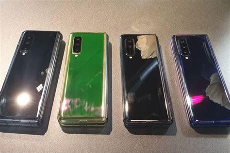 galaxy fold hands   impressions  samsungs  foldable smartphone mirror