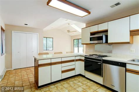 a kitchen do si don t better after how designer lauren liess updated a house from the 70s