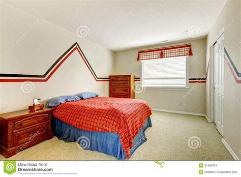 zu bett gehen schlafzimmer mit gemalter wand und helle farben gehen zu
