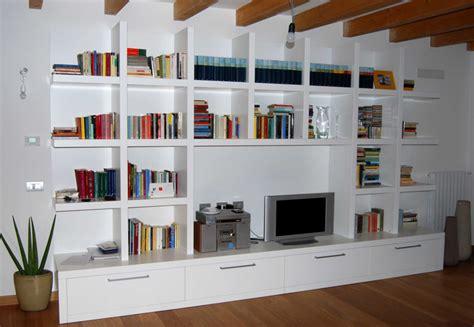 salotto con libreria idee soggiorno libreria mattsole