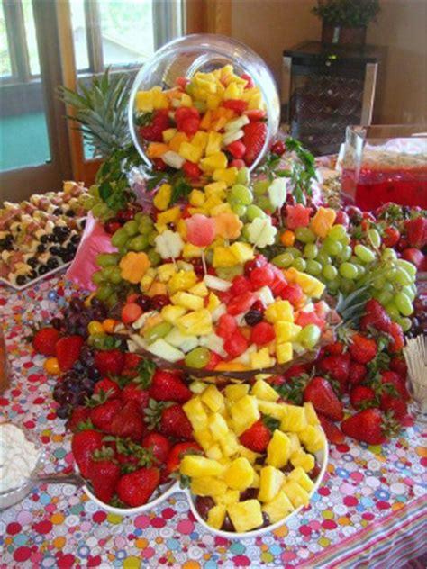 mickey s backyard bbq serving mesas de postres con frutas directorio de bodas