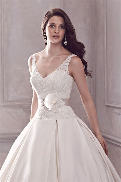gaaoun drees style 4400 lace v neck bodice with full silk ballgown