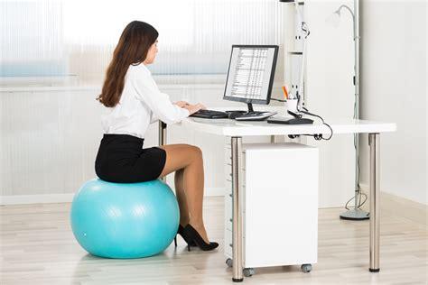 exercice au bureau utilisation d un ballon au travail pour et contre