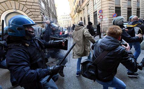 sede pd a roma protesta taxi a roma scontri davanti la sede pd