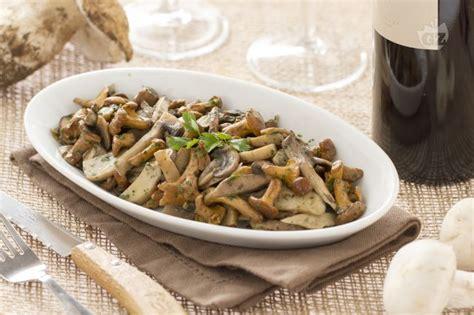 cucinare funghi coltivati ricetta funghi trifolati la ricetta di giallozafferano