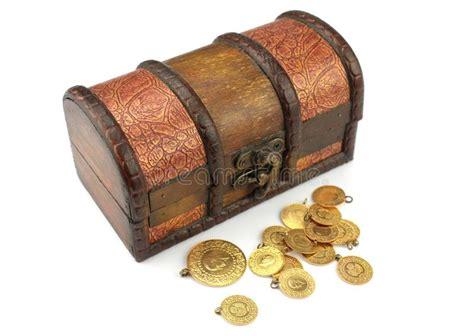 alte schatztruhe mit gold stockfoto bild fonds