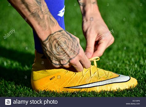 how to tie football shoes football player tying the laces of his soccer shoes