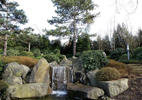 japanischer garten symbolik wasserfall und kiefern