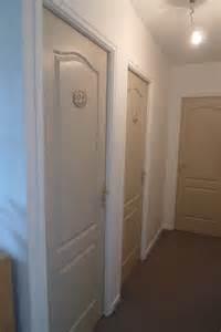 couleur des portes dans couloir blanc