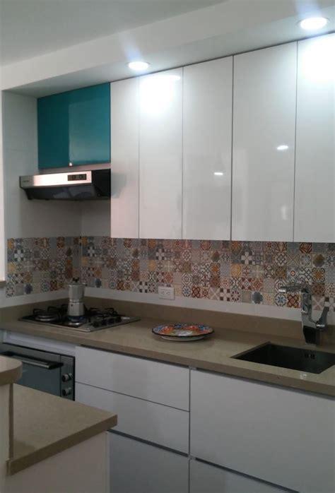 cocina blanca mosaico arabe en salpicadero revestimento