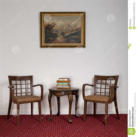 poltrone di legno due poltrone di legno piccolo tavolino da salotto rotondo