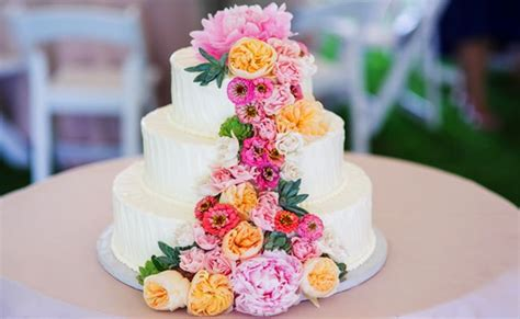 feast your on these 15 fresh flower wedding cakes