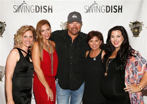 toby keith family pictures toby keith and tricia covel photos photos swingdish