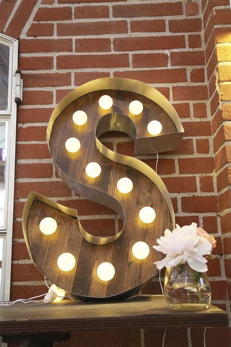 lettere luminose lettere luminose e fiori colorati per un matrimonio in serra