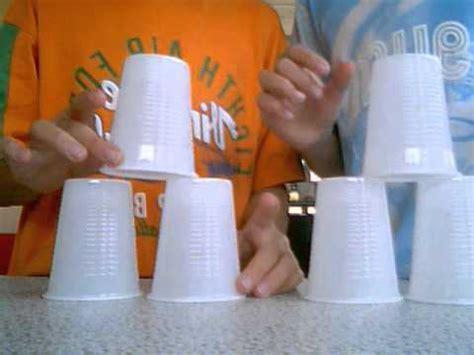 ladario con bicchieri di plastica gioco con i bicchieri di plastica