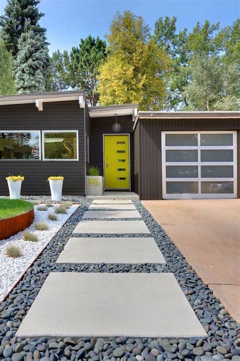 Charmant Deco Jardin Avec Cailloux #4: Idee-deco-jardin-parterre-de-fleurs-avec-galets-sentier-gazon-vert-plantes-jaunes-pot-a-fleur-blanc.jpg