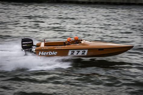 kleine speedboot plots is daar het belgisch kioenschap waterski in klein