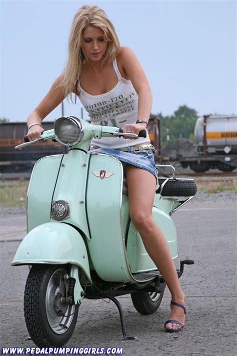 Motorrad Triumph Spr Che by Blonde Girl Cranking Zuendapp Scooter 012 Jpg 600 215 900