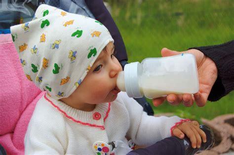 baby ab wann aus becher trinken zuckerteekaries nuckelflaschenkaries kariesbildung bei