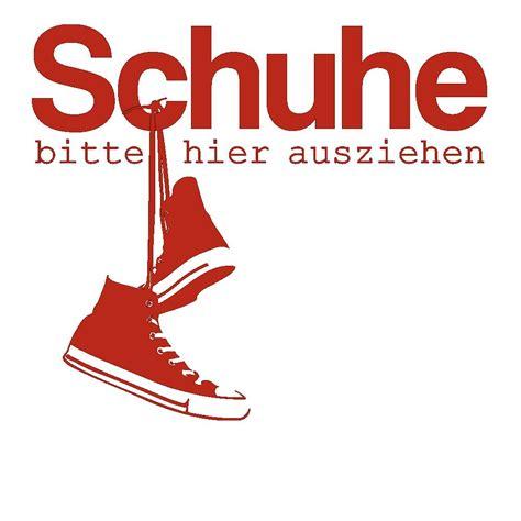 Schuhe Ausziehen by Wandtattoo Schuhe Bitte Hier Ausziehen Mit Coolen Sneakern