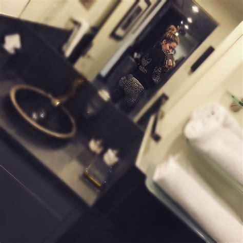 khloe kardashian bathroom khlo 233 kardashian shares shameless belfie fights back