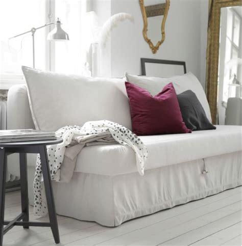 wohnzimmer beige sofa ein helles wohnzimmer mit himmene 3er bettsofa lofallet beige dazu kissen in grau und lila