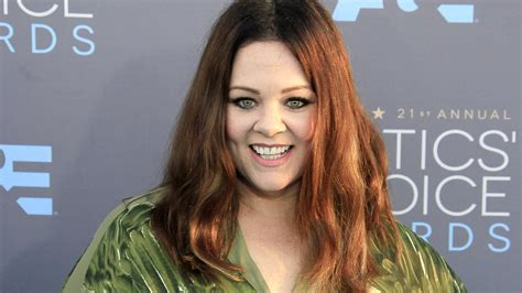 actress mccarthy melissa mccarthy joins hollywood s short hair club with