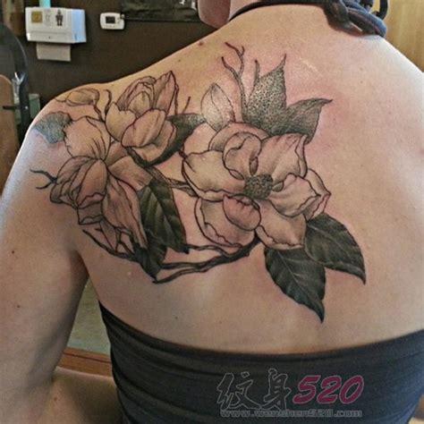 植物纹身 女生后背上黑灰点刺纹身花朵纹身图案