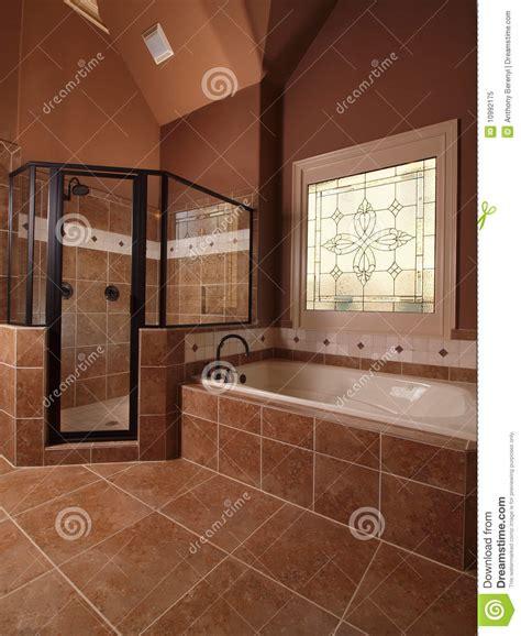 cuarto de bano casero de lujo del azulejo  la ventana