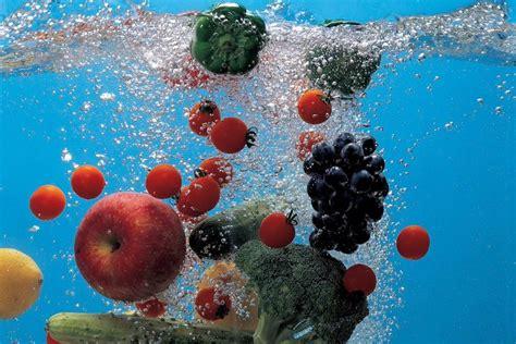 alimenti contengono acqua gli alimenti pi 249 ricchi di acqua fondazione umberto veronesi