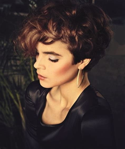 short hair cuts for long faced women in their 20 and 30 short curly hair that looks great with a round face