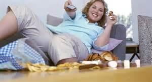 dicke frau auf sofa adipositas und esssucht ursachen und risikofaktoren