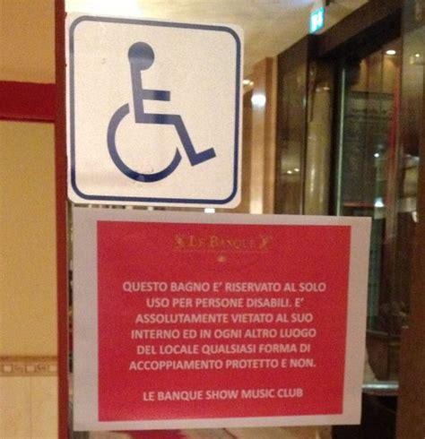 bagni discoteca foto il cartello nel bagno in discoteca quot e vietato ogni