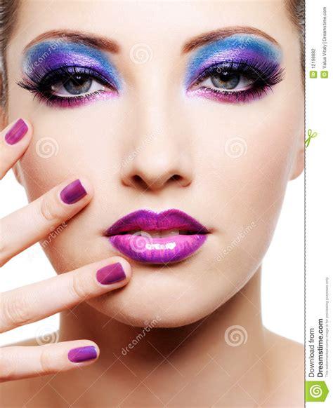 make beautiful beau visage femelle avec le renivellement lumineux de mode