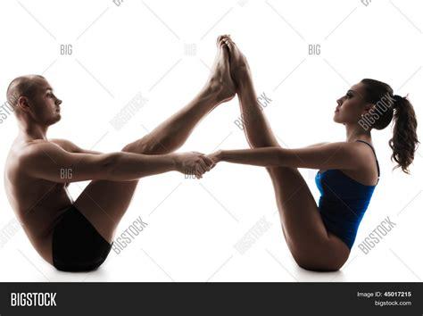 banco imagenes yoga duas pessoas fazendo o barco de asana do casal yoga