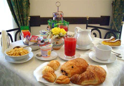 tavola apparecchiata per colazione consigli prima colazione