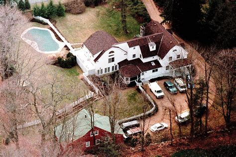 hillary clinton house chappaqua trump vs clinton debating their personal homes mansion