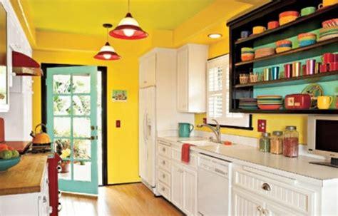 Attrayant Idee Deco Peinture Cuisine #1: 3modele-cuisine-tr%C3%A8s-enjou%C3%A9-couleur-peinture-cuisine-jaune-fonc%C3%A9-peinture-meuble-cuisine-blanche-vaisselle-de-diff%C3%A9rentes-couleurs-ambiance-gaie-tr%C3%A8s-positive.jpg