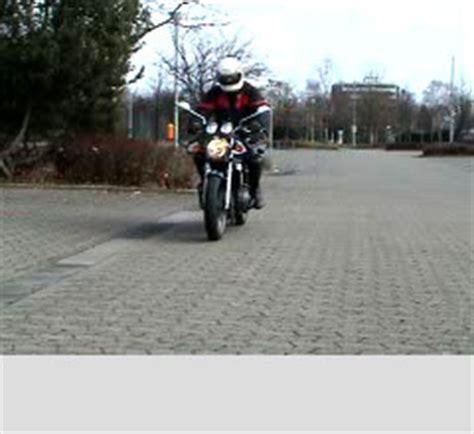 Motorrad Grundfahraufgaben Videos by Grundfahraufgaben Video Kl A Abbremsen 166 Fahrtipps De