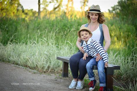artystyczne zmysowe sesje w plenerze 020 fotografia sesja ciążowo rodzinna w zalesiu dolnym