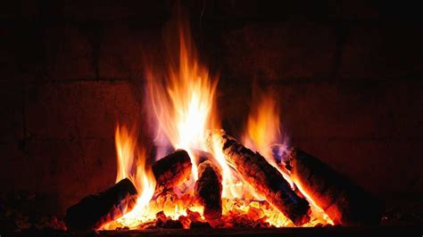 fuoco nel camino come accendere il caminetto a legna il calore e la magia