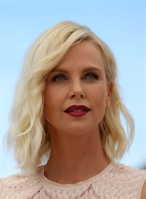 Hairstyles Pictures by Charlize Theron Medium Wavy Cut Shoulder Length
