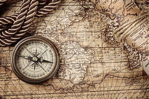tattoo compass mit karte vintagestill leben mit kompass und alte karte stockfoto