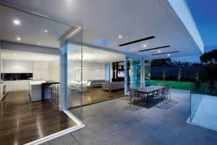 Attractive Salon De Coin Moderne #2: Terrasse-moderne-couverte-spots-encastrés-toiture-maison-minimaliste.jpg
