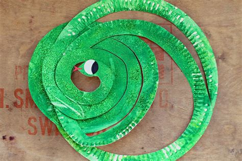 Paper Plate Snake Craft - 15 paper plate crafts to make with the