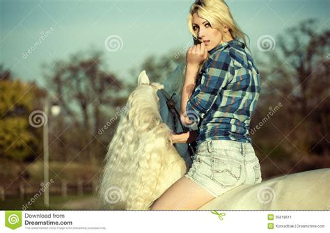donna bionda con il cavallo immagine stock immagine donna bionda di mistero che monta un cavallo immagine